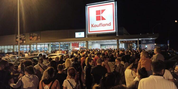 """Истински хаос пред голям хранителен хипермаркет в Перник! Стотици хора чакат струпани пред входа на обекта заради евтини салами. Паркингът на голямата верига в кв. """"Изток"""" се радва на небивал интерес."""