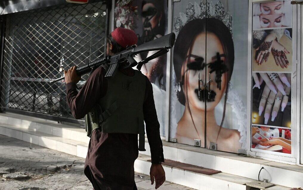 Талибаните казват на афганистанските жени да останат вкъщи от работа