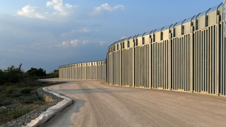 Гърция завършва стената на границата с Турция