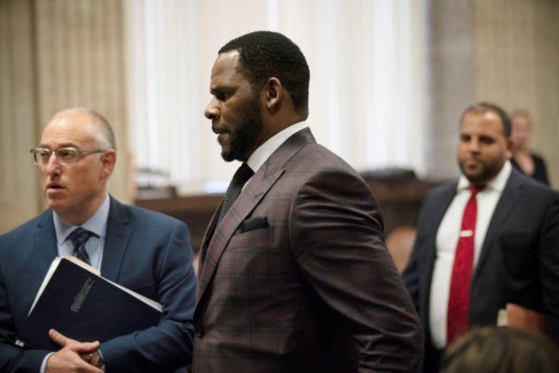 R Kelly е изправен пред съд по обвинения в сексуално насилие