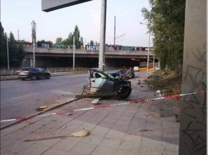 Кола се удари в стълб и се разцепи на две, има ранени