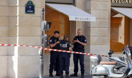 Полицията арестува двама заподозрени, след като въоръжени разбойници откраднаха 10 милиона евро от бижутериен магазин в Париж