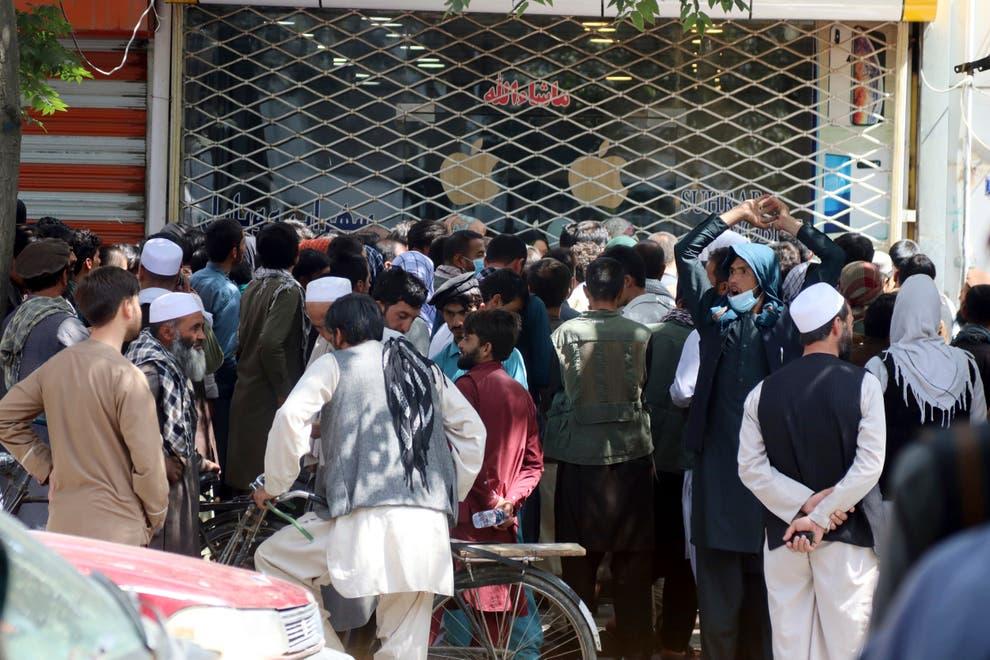Хиляди на опашки пред банките в Кабул, след като талибаните наложиха ограничение за теглене на пари