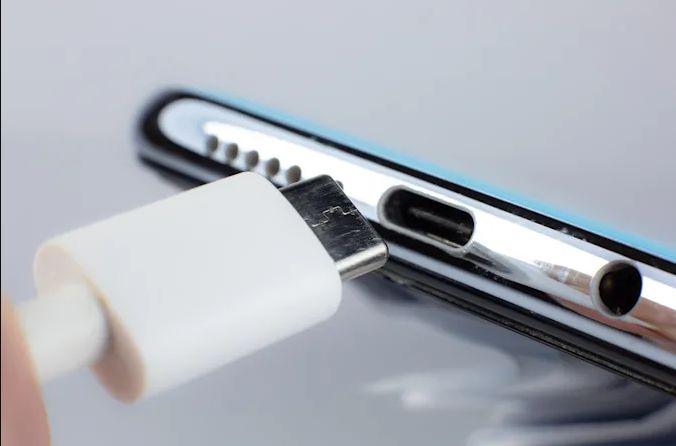 ЕС подготвя един стандарт за зарядните устройства, но Apple е против