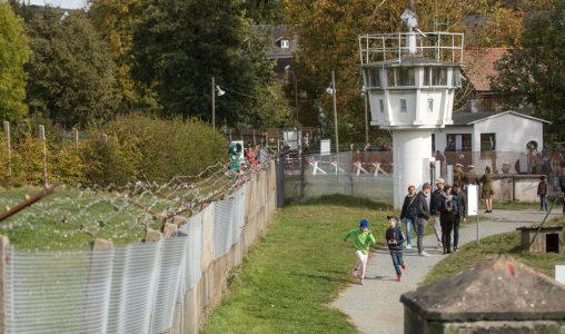 Кой е градът все още разделян от Берлинската стена?
