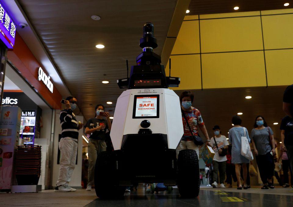 Сингапур е една от държавите, където върховенството на закона се спазва стриктно, а нарушителите търпят сериозни глоби. Затова в града е пълно с камери, които следят за спазване на обществения ред, особено във времена на пандемия, а отскоро по улиците започнаха да патрулират и специални роботи.